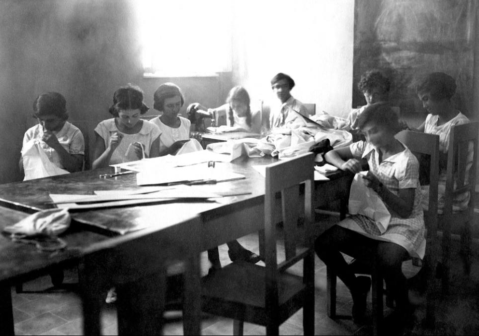 תלמידות בשיעור תפירה, 1932