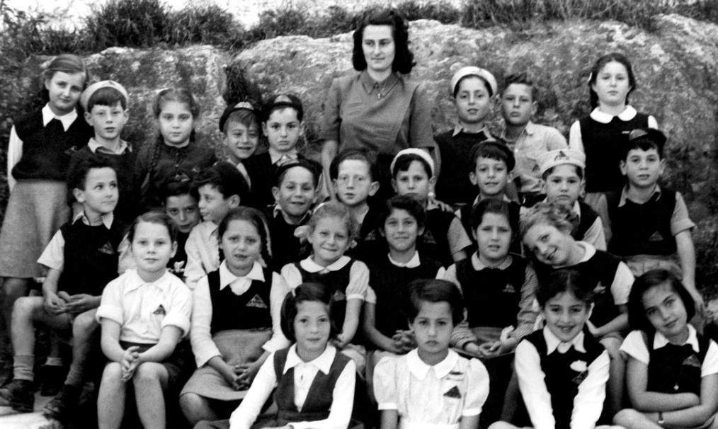 המורה רינה מציזיני ותלמידיה (שנה לא ידועה)